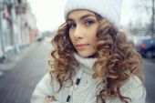 Winter  young girl in city — Stock Photo