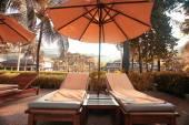 Liegen in der Nähe von Hotel mit Palmen — Stockfoto