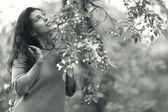 夏の公園で若い女性 — ストック写真