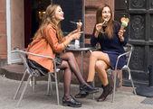 Flickvän kul äta glass i stan — Stockfoto