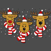Reindeers faces in Santa Claus hats and scarfs Christmas winter holidays seamless horizontal border isolated on dark background — Stock Vector