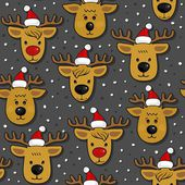 Reindeers in Santa Claus hats messy Christmas winter holidays seamless pattern on dark background — Stock Vector