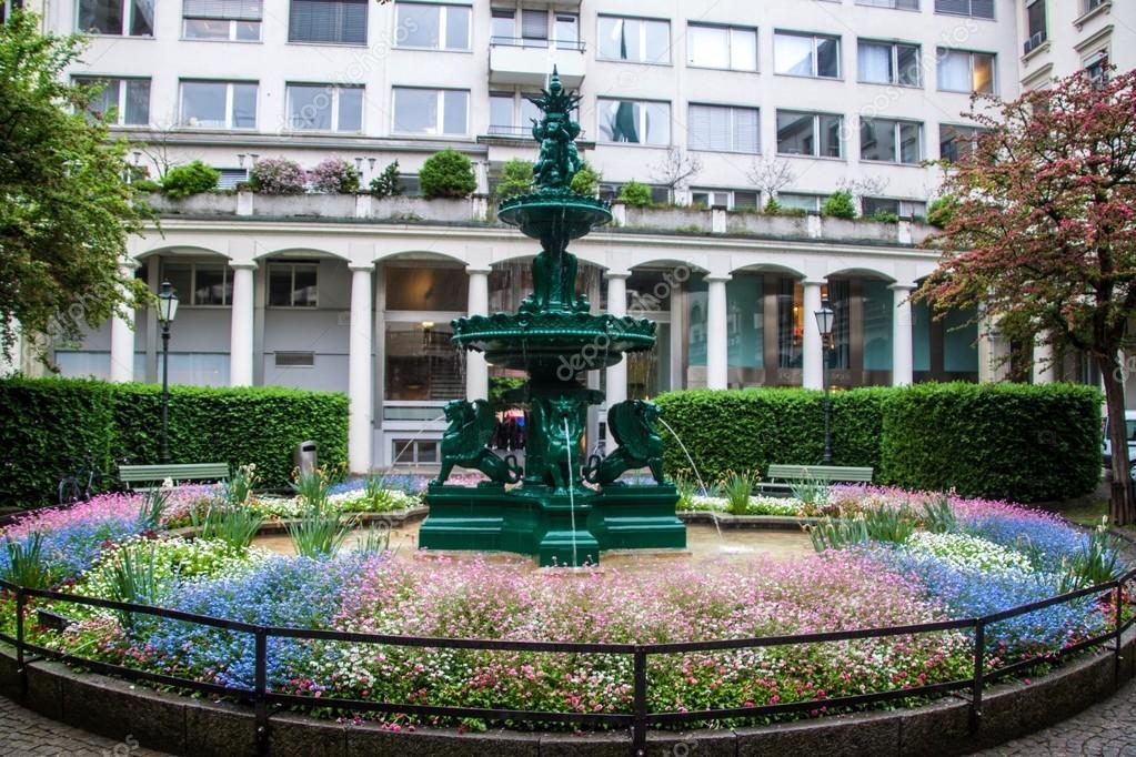 piccolo giardino con la fontana in centro di zurigo ? foto stock ... - Piccolo Giardino Con Fontana