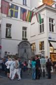 Tourists visit the Manneken pis — Stock Photo