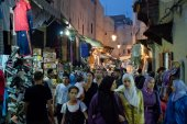 People on a street market in Fes — Stock Photo