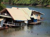 жилые здания на озеро в таиланде — Стоковое фото