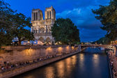 The Cathedral of Notre Dame de Paris and Seine River in the Even — Stock Photo