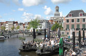People on a terrace in the center of Leiden. — Stock Photo