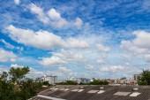 Blå himmel bakgrund med moln — Stockfoto