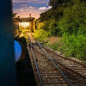 Pociąg jedzie na most kolejowy — Zdjęcie stockowe