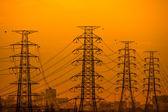 Vysoké napětí věže na západ slunce pozadí. — Stock fotografie