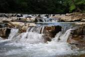 Wodospad na rzece górskiej — Zdjęcie stockowe