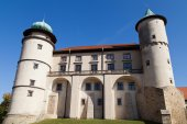 View on castle Nowy Wisnicz in Poland on a background of blue sky — Foto de Stock