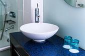Badrum sink counter tap mixer glas blå — Stockfoto