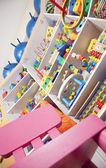 Prateleira com brinquedos — Fotografia Stock