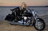 Ung vacker kvinna och cykel — Stockfoto