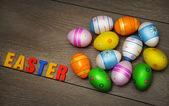 复活节彩蛋和装饰上木制背景 — 图库照片