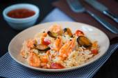 Stir fried rice noodles with prawns and mussels — Stock Photo