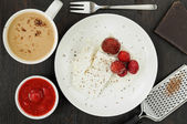Cottage cheese with fresh berries and coffee with milk for break — Stock Photo