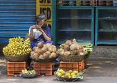 Woman sells coconuts and bananas. — Stock Photo
