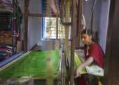 Female weaving silk saris on a hand loom. — Stock Photo