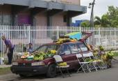 Farmer sells fruit out of his car. — Stok fotoğraf