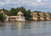 Shiva temple and burial ghat. — Stock Photo