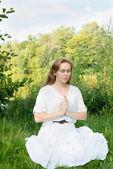 Kobieta praktyki jogi w przyrodzie — Zdjęcie stockowe