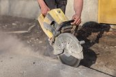 Construction site, worker cut asphalt with saw blade toll — Stockfoto