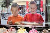 Jonge mensen en ijs — Stockfoto