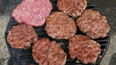 Grilling hamburgers, barbecue — Stock Video