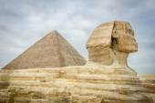 The Sphinx and Pyramid of Khufu — Stock Photo