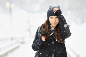 Attractive young woman in wintertime outdoor — Stockfoto