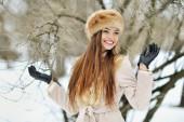Beautiful smiling winter girl - outdoor portrait — ストック写真