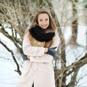 冬のアウトドアで笑顔の若い女性の肖像画 — ストック写真