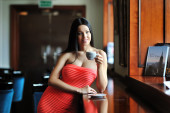 Young woman sitting in the cafe with a cup of coffee — ストック写真
