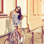 自転車に乗って美しい女性 — ストック写真