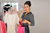 Shopping woman holding bag in retail store — Stockfoto
