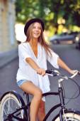 Glücklich lächelnde junge frau auf einem fahrrad — Stockfoto