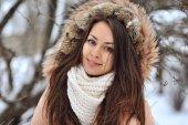 Retrato de invierno hermosa de mujer joven en el invierno cubierto de nieve sce — Foto de Stock