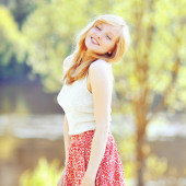 Portrait of a happy girl outdoors in the park — Stock Photo