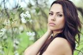 Portrait of a beautiful young brunette woman outdoor — Stock Photo