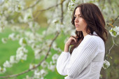 公園内の美しい若い女性。屋外のポートレート — ストック写真