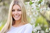 女性の顔、若い美しいセクシーな屋外 — ストック写真