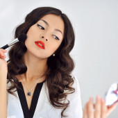 Beautiful lady applying make-up — Stock Photo