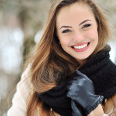 Beautiful smiling girl face outdoor winter portrait — Stock Photo