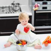 Little girl on a kitchen — Fotografia Stock