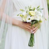 свадебный букет в руках — Стоковое фото