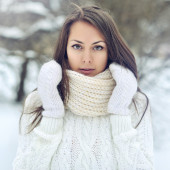 Closeup portrait of a beautiful girl in a winter park  — Stock Photo