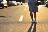Zbliżenie młoda kobieta nogi na drodze — Zdjęcie stockowe